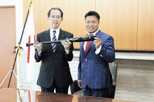 福島県の内堀雅雄知事(左)を表敬訪問したBC福島・岩村監督