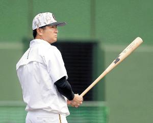 バットを手に練習を見守った高橋監督だったが、この後辞任が発表された(カメラ・矢口 亨)