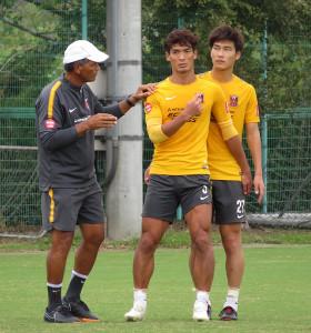 仙台戦に向けてルイス・ヘッドコーチ(左)から指導される浦和DF槙野智章(中)と橋岡大樹