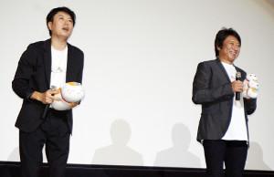 大ヒット御礼舞台あいさつに、ニャンコ先生のぬいぐるみを手に登壇した井上和彦(右)と堀江一眞