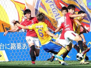 左足を痛め交代した浦和MF青木(左端)