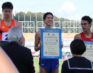 成年男子1万メートル競歩2位の石川・鈴木(中)は表彰式で笑顔