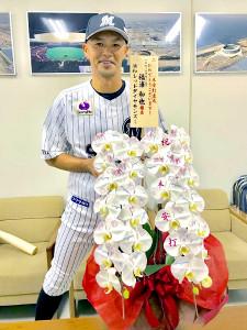 浦和レッズから祝福の花が届けられ、感謝する福浦