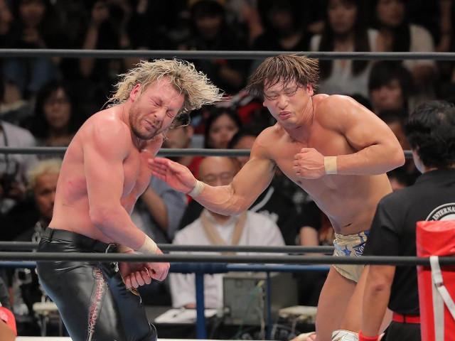8日のIWGPヘビー級戦で盟友・ケニー・オメガ(左)と激闘を繰り広げた飯伏幸太