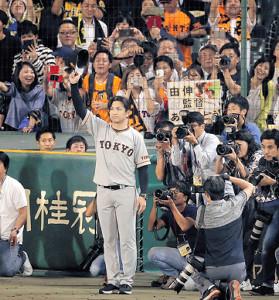 最終戦に勝利し、観客の声援に帽子を振って応える高橋監督(カメラ・中島 傑)