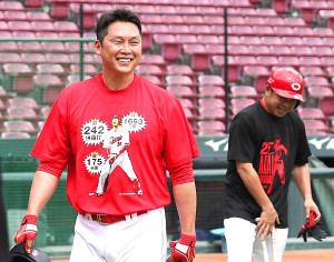 チームメートとはデザインが異なる赤色の「新井Tシャツ」を着込み練習する新井(左)