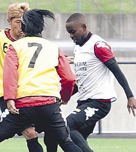 J1札幌の練習に参加したエルビオ(右)