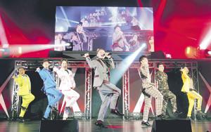コンサートを行ったDA PUMPの(左から)KIMI、YORI、DAICHI、ISSA、KENZO、U―YEAH、TOMO