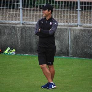 練習を見守るC大阪の尹晶煥監督