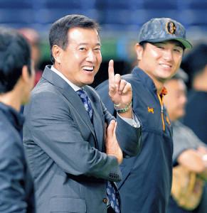 6月、東京ドームでの試合前に高橋監督(右)と談笑する原辰徳氏