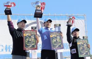 表彰台でカップを掲げる(左から)準優勝・山田、優勝・米田、3位・伊藤の3選手