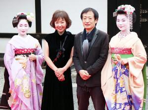 京都国際映画祭のレッドカーペットに参加した(左から2人目から)浅田美代子、奥山和由氏