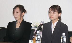 訴訟会見に臨んだ母・大本幸栄さんと姉・可穂さん