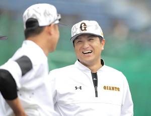 二岡打撃コーチ(左)と談笑する高橋監督
