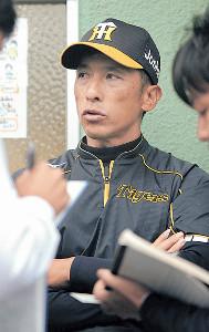 試合後、記者の囲み取材を受ける阪神・矢野2軍監督