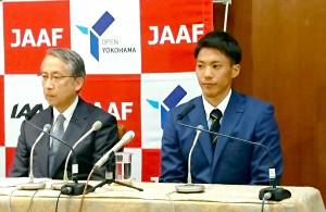 横浜で開催が決まった世界リレーへ意気込みを語った山県亮太(左は日本陸連の横川浩会長)