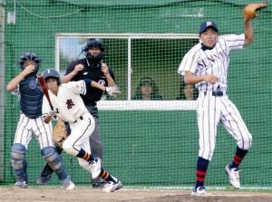 初回2死満塁、和泉・大出は中前に先制適時打を放つ