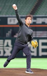 始球式の練習を行う西野朗・サッカー日本代表前監督