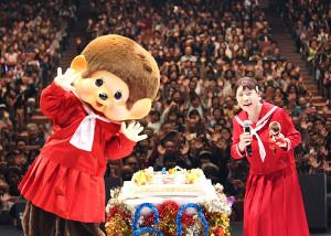 還暦記念公演で赤いセーラー服姿を披露した森昌子。デビュー当時そっくりと言われたモンチッチもお祝いにかけつけた