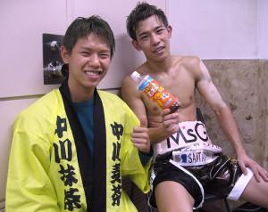 決定戦で日本タイトルへの挑戦権を獲得した兄・麦茶(右)と、応援に駆けつけた弟・抹茶の中川兄弟