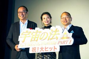 初日あいさつに立った(左から)松本弘司プロデューサー、千眼美子、今掛勇監督