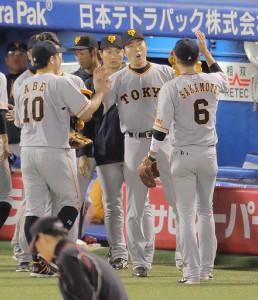 5回2死二塁のピンチを切り抜け、坂本勇(右)、阿部(左)らとタッチを交わす上原