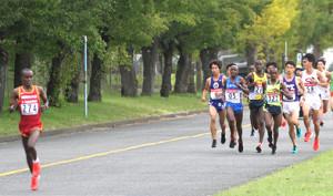 山梨学院大のニャイロ(105番)は序盤で桜美林大キサイサ(左)に大きく離された