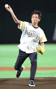 始球式を務めた西野朗前サッカー日本代表監督