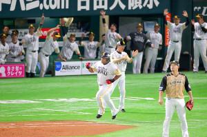 1回無死満塁、デスパイネが勝ち越しの満塁本塁打を放ちガッツポーズ(手前は中田=カメラ・二川 雅年)