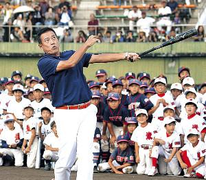 野球教室で打撃を披露した原辰徳氏(カメラ・成海 晃)
