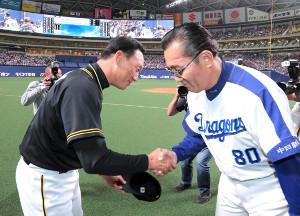 試合終了後、中日・森監督(右)に挨拶する金本監督