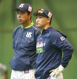 小川監督と話す青木(右)