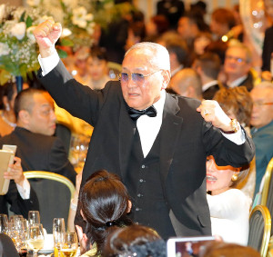 紹介されガッポーズであいさつする日本ボクシング連盟前会長の山根明氏