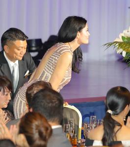 背中が大きく開いたドレスのカイヤ