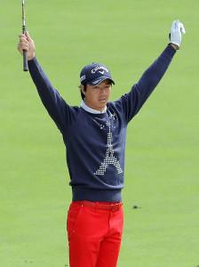 4番パー5の第3打、バンカーショットからのチップインイーグルを決めた石川遼は観客の大歓声にバンザイで応える