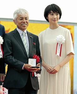 表彰式で白い歯をこぼした国枝調教師(右はプレゼンターの波瑠)