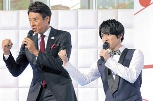 ガッツポーズを決める知念侑李(右)と松岡修造