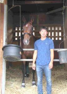 史上5頭目の牝馬3冠を達成した秋華賞から一夜明けて、馬房で穏やかな表情を見せるアーモンドアイ(右は担当の根岸助手)