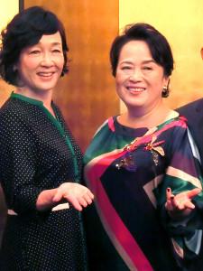「喜劇 有頂天団地」に主演する渡辺えり(左)とキムラ緑子