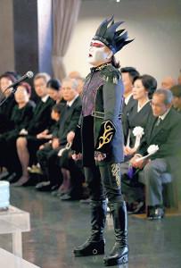 弔辞の際、「千秋楽」を歌うデーモン閣下