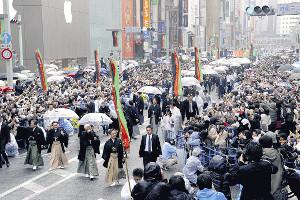 13年の歌舞伎座開場のお練りでは3万2000人が詰めかけた