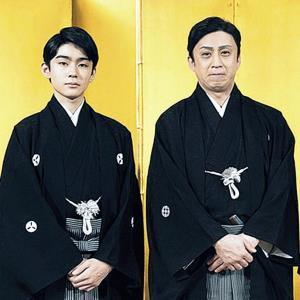 松本幸四郎(右)、市川染五郎親子ら70人が練り歩く