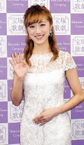 笑顔で手を振る花組トップ娘役・仙名彩世