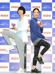 商品を手にもも上げトレーニングも披露した小松菜奈(左)と吉田羊