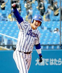 8回2死二塁、左翼へ2点本塁打を放った立正大の伊藤裕季也は味方ベンチへ向かって右腕を突き上げる