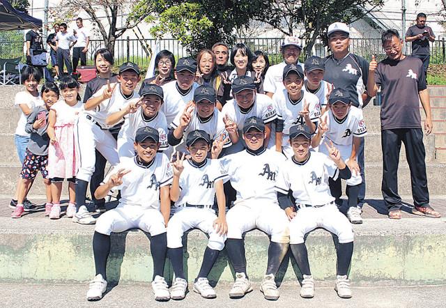 関西秋季大会進出に保護者たちと喜びを分かち合う松原ナイン