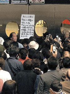 公演中止を知らせる貼り紙の前に殺到する観客(読者提供)