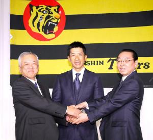 就任会見で藤原次期オーナー(左)揚塩球団社長(右)と握手を交わす矢野新監督