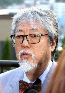 自宅付近で報道陣に囲まれ、コンサート中止の経緯を語る沢田研二(カメラ・増田 寛)