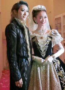 宝塚歌劇、月組公演「エリザベート」開幕前に取材に応じた珠城りょう(左)と愛希れいか